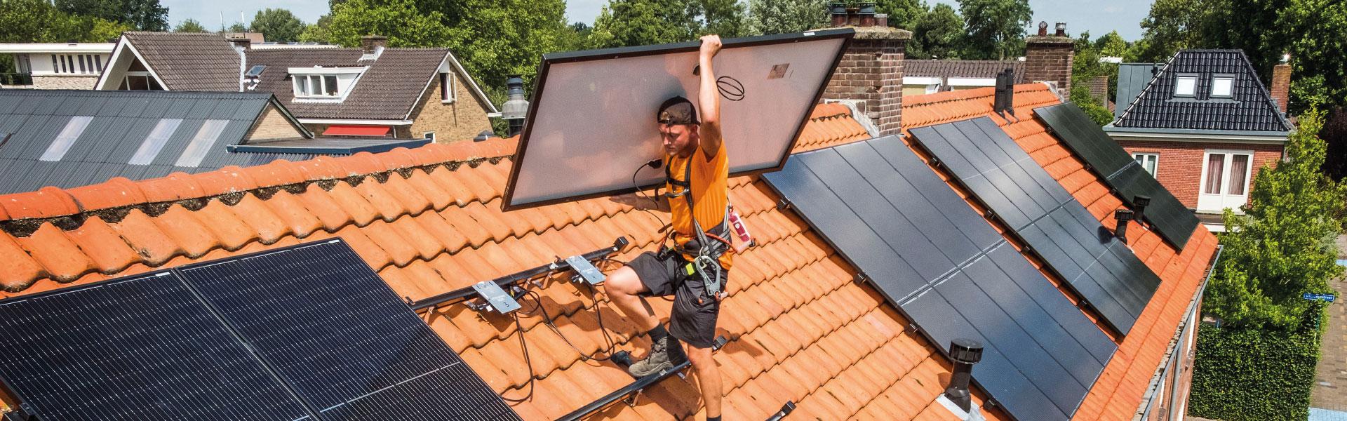 Installatie zonnepanelen op dak